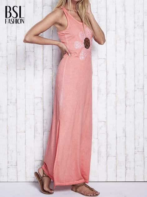 Koralowa dekatyzowana sukienka maxi z cekinowym kwiatem                                  zdj.                                  3