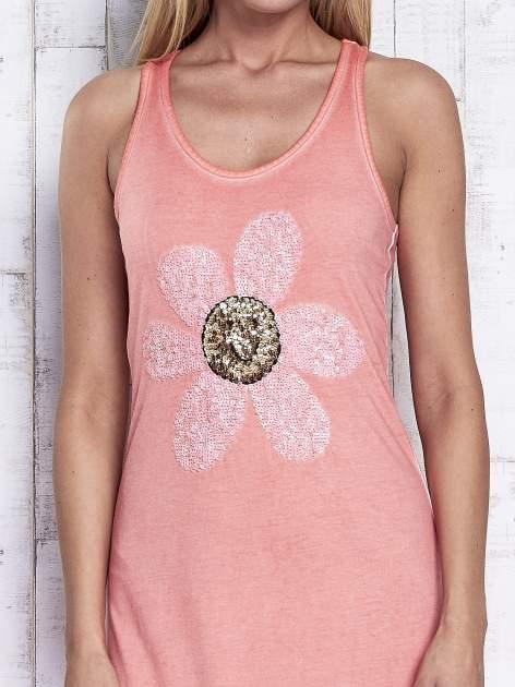 Koralowa dekatyzowana sukienka maxi z cekinowym kwiatem                                  zdj.                                  5