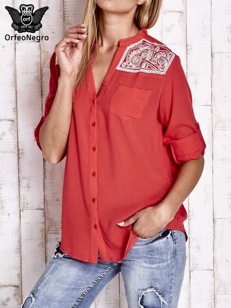 Koralowa koszula damska z haftem na ramionach                                  zdj.                                  1