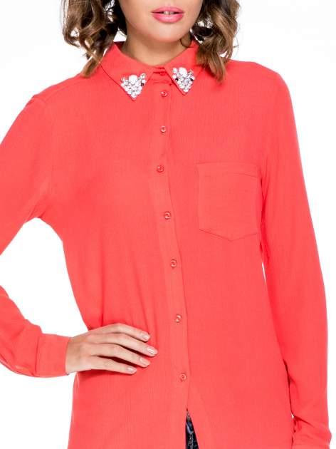 Koralowa koszula z biżuteryjnym kołnierzykiem i kieszonką                                  zdj.                                  7