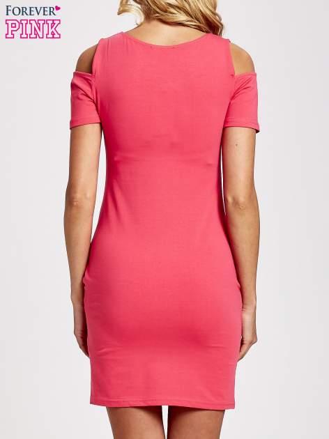 Koralowa sukienka dresowa cut out shoulder z nadrukiem dziewczyny                                  zdj.                                  4