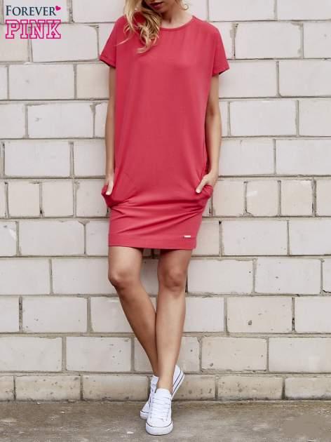 Koralowa sukienka dresowa z kieszeniami po bokach                                  zdj.                                  2