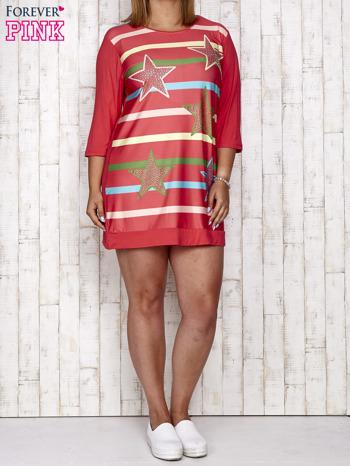 Koralowa sukienka dresowa z nadrukiem gwiazd PLUS SIZE                                  zdj.                                  4
