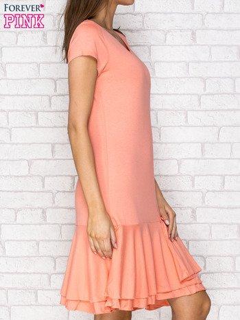 Koralowa sukienka dresowa z ozdobną falbaną                                  zdj.                                  3