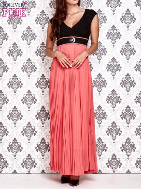 Koralowa sukienka maxi z koronkową górą i klamrą                                  zdj.                                  1