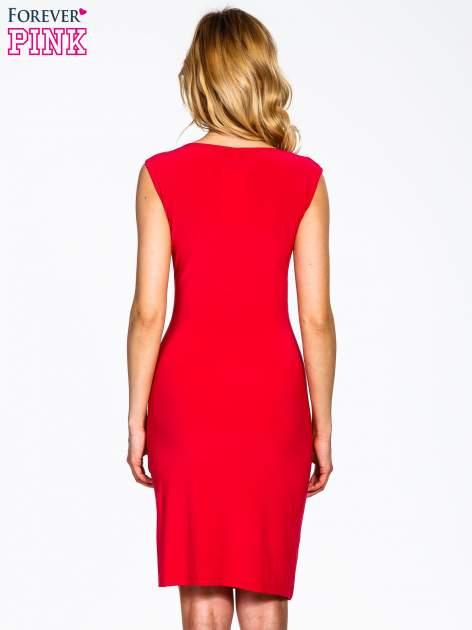 Koralowa sukienka z drapowaniem                                  zdj.                                  3