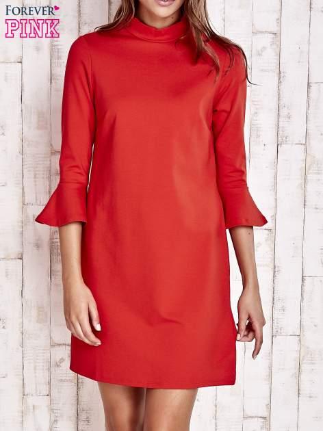 Koralowa sukienka ze stójką i rękawami z falbanką                                  zdj.                                  1