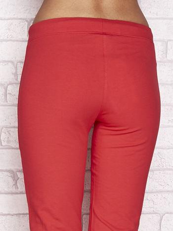 Koralowe spodnie dresowe capri z wszytymi kieszonkami                                  zdj.                                  6