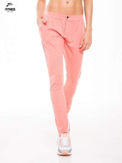 Koralowe spodnie dresowe damskie z podwijaną nogawką