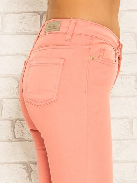 Koralowe spodnie rurki skinny z kieszeniami                                  zdj.                                  6