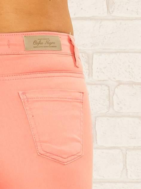 Koralowe spodnie rurki skinny z kieszeniami                                  zdj.                                  7