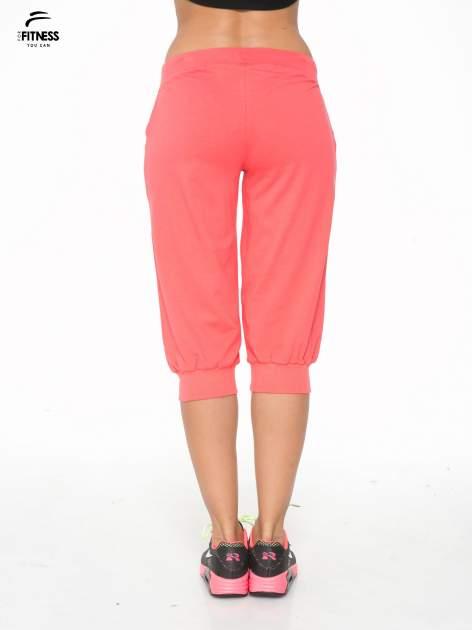Koralowe spodnie sportowe typu capri wiązane w pasie                                  zdj.                                  4