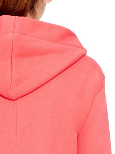 Koralowy dresowy bluzopłaszcz ściągany w pasie                                  zdj.                                  8