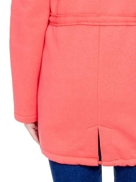 Koralowy dresowy bluzopłaszcz ściągany w pasie                                  zdj.                                  9