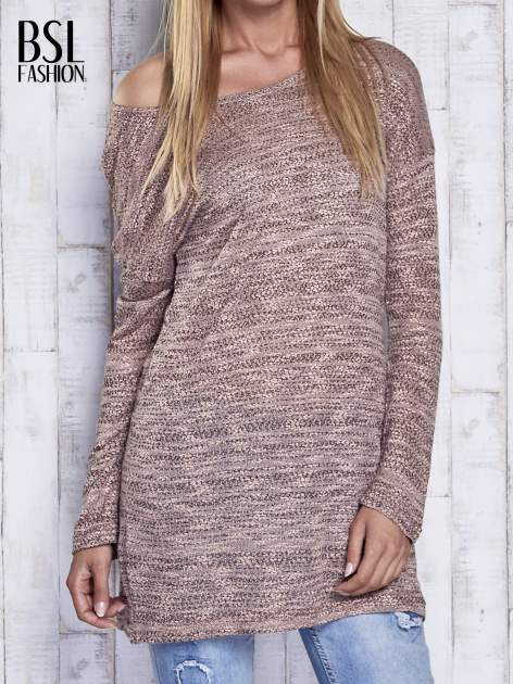 Koralowy melanżowy sweter z łezką na plecach