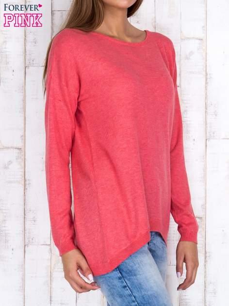 Koralowy nietoperzowy sweter oversize z dłuższym tyłem                                  zdj.                                  3