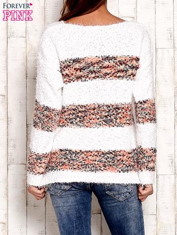 Koralowy puszysty sweter w kolorowe pasy                                  zdj.                                  3