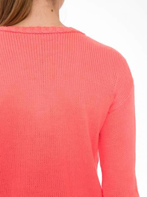 Koralowy sweter z jelonkiem i efektem destroyed                                  zdj.                                  7