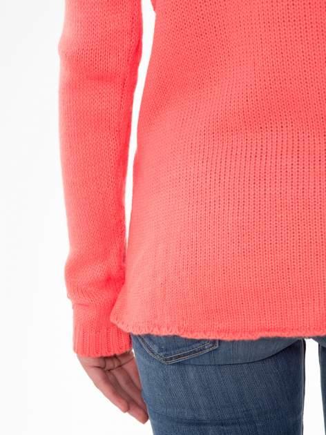 Koralowy sweter z jelonkiem i efektem destroyed                                  zdj.                                  8