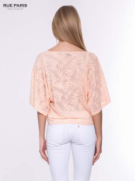 Koralowy t-shirt w transparentny nadruk palm o kimonowym kroju                                  zdj.                                  3