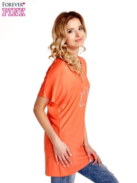 Koralowy t-shirt z biżuteryjnym napisem LOVE                                  zdj.                                  3
