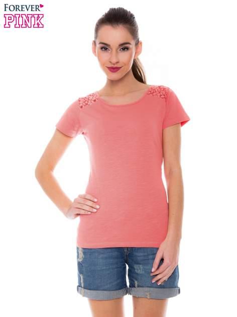 Koralowy t-shirt z koronkową wstawką na ramionach                                  zdj.                                  1