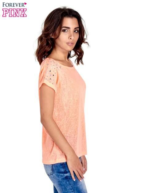 Koralowy t-shirt z kryształkami na rękawach                                  zdj.                                  3