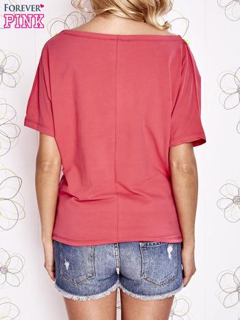Koralowy t-shirt z limonkowymi pomponikami przy dekolcie                                  zdj.                                  4