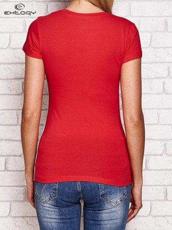 Koralowy t-shirt z motywem kwiatowym