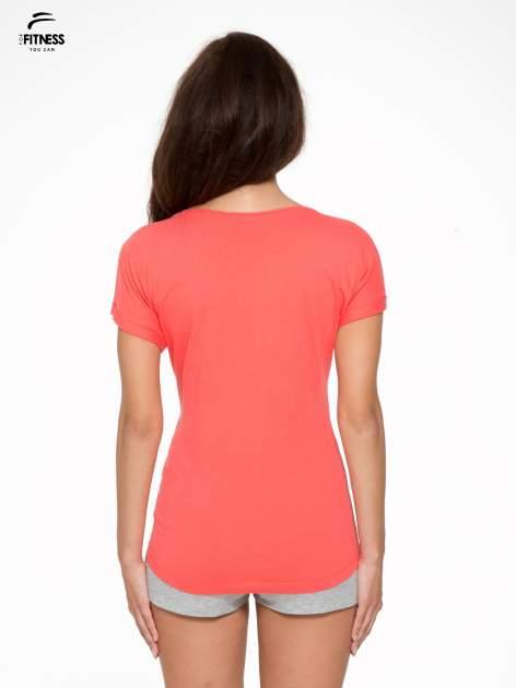 Koralowy t-shirt z nadrukiem tekstowym YOU CAN'T STOP ME                                  zdj.                                  4