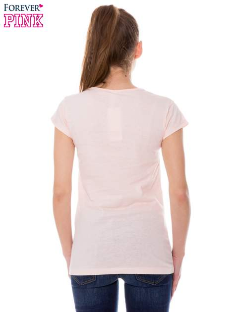 Koralowy t-shirt z nadrukiem w amerykańskim stylu                                  zdj.                                  3
