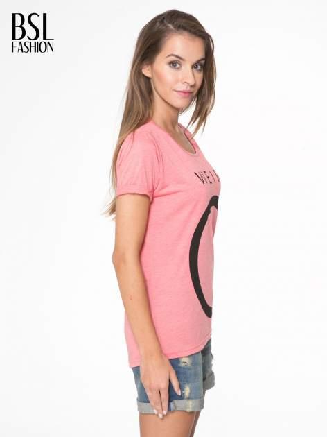 Koralowy t-shirt z napisem WEIRD                                  zdj.                                  3