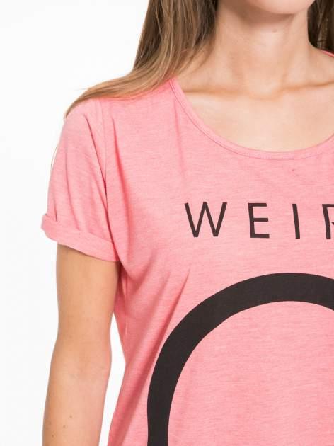 Koralowy t-shirt z napisem WEIRD                                  zdj.                                  8