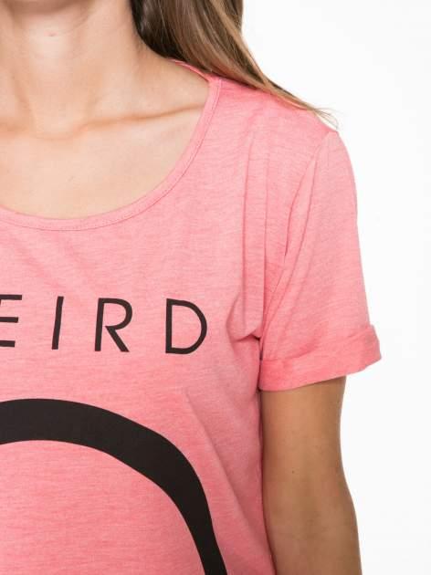 Koralowy t-shirt z napisem WEIRD                                  zdj.                                  9