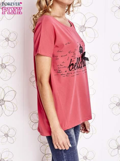 Koralowy t-shirt z ozdobnym napisem i kokardą                                  zdj.                                  3