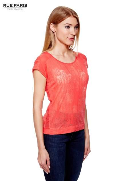 Koralowy t-shirt z transparentnym nadrukiem piór                                  zdj.                                  3