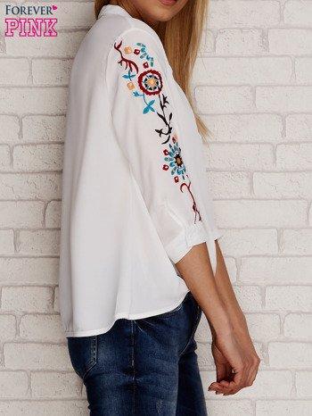 Koszula z drapowaniem i folkowym haftem na rękawach biała                                  zdj.                                  3