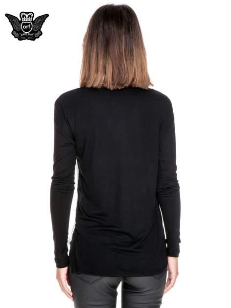 Koszula z satynowym przodem i nadrukiem kobiety w kapeluszu                              zdj.                              2