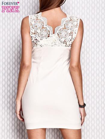 Kremowa dopasowana sukienka z koronkowymi wstawkami                                  zdj.                                  2