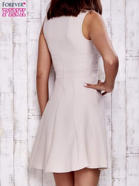 Kremowa fakturowana rozkloszowana sukienka                                  zdj.                                  2