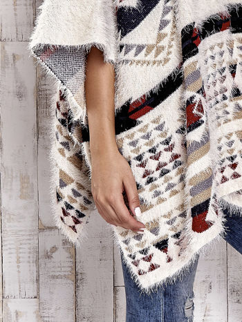 Kremowa narzutka poncho w azteckie wzory                                  zdj.                                  10