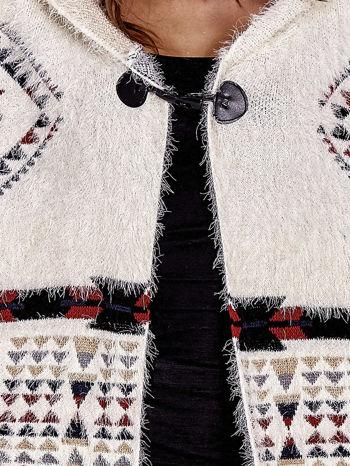 Kremowa narzutka poncho w azteckie wzory                                  zdj.                                  9