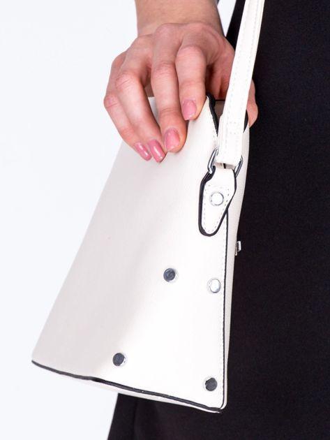 Kremowa torebka listonoszka z bocznymi ćwiekami                              zdj.                              2