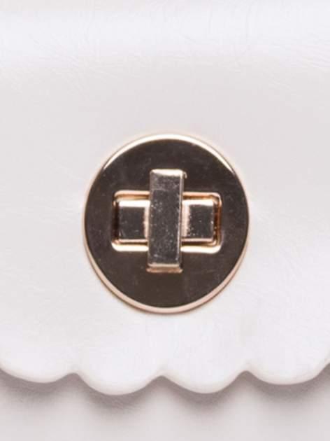 Kremowa torebka listonoszka z falowanym wykończeniem                                  zdj.                                  6