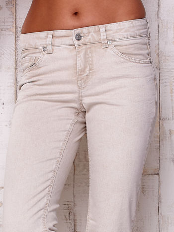 Kremowe proste spodnie ze srebrnymi napami                                  zdj.                                  5