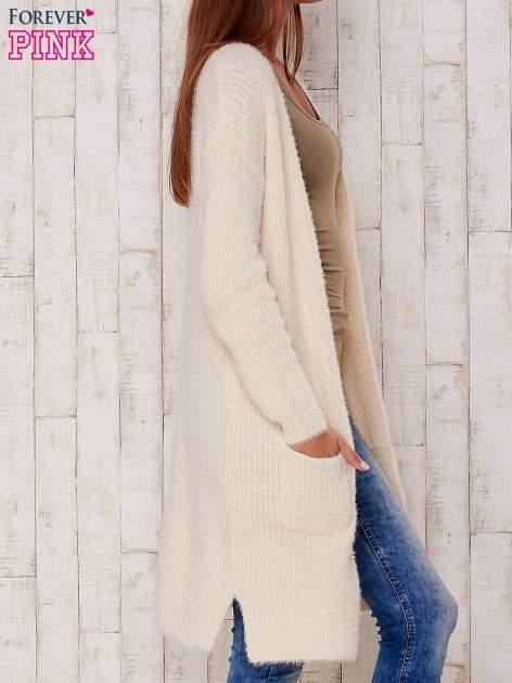 Kremowy długi puszysty sweter                                  zdj.                                  3