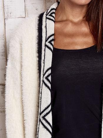 Kremowy puszysty sweter z geometrycznym wykończeniem                                  zdj.                                  5