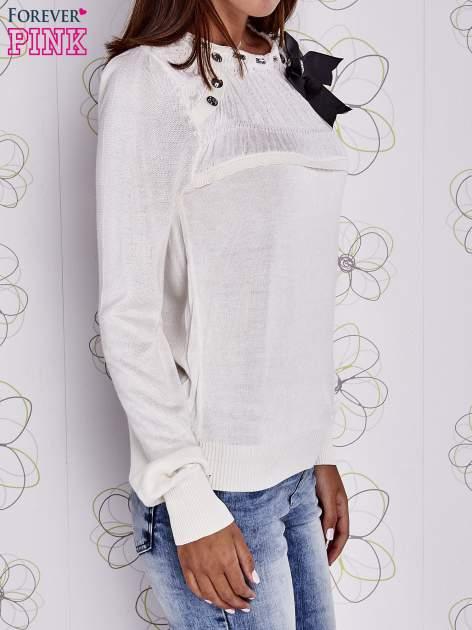 Kremowy sweter z aplikacją i kokardą przy dekolcie                                  zdj.                                  3