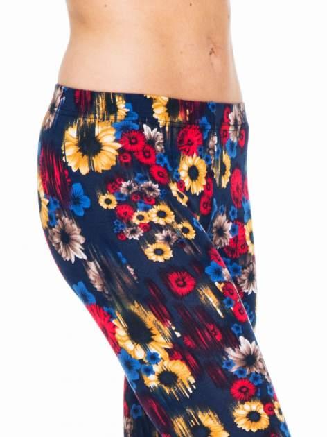 Kwiatowe legginsy w kolorze czerwonym                                  zdj.                                  6