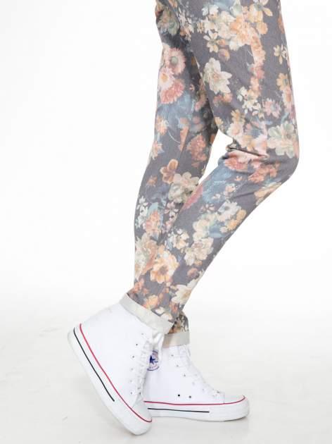 Kwiatowe spodnie dresowe ściągane w pasie                                  zdj.                                  7